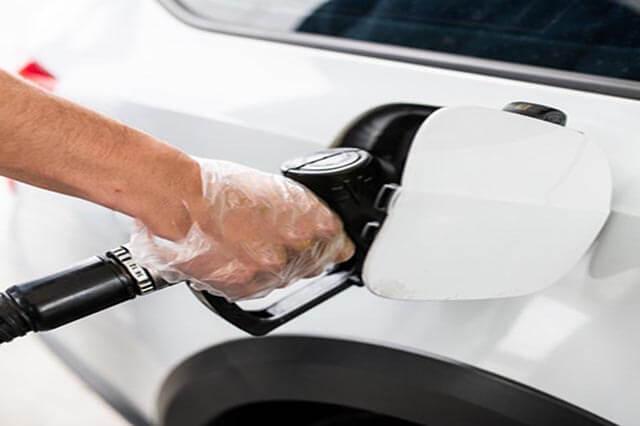 desguacesn430 repostar gasolina con guantes para protegerte del coronavirus o covid-19