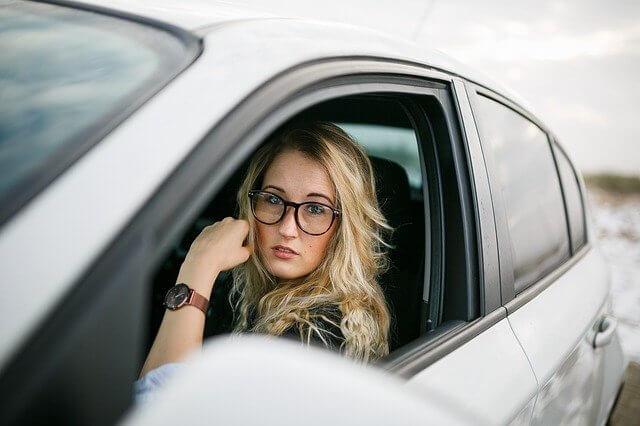 conductora con gafas desguacesn430